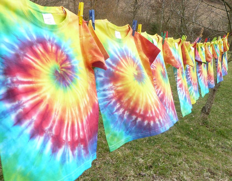 Batikovaná duhová trička pro taneční skupinu