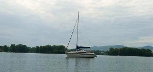 Plachetnice na jezeře