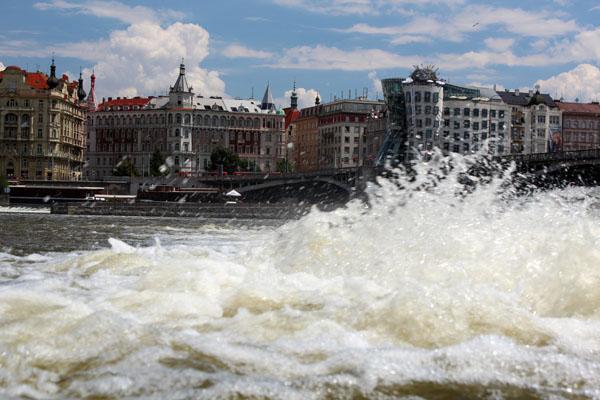 Praha - Tančící dům tančí na Vltavě